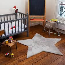 tapis chambre bébé chambre enfant tapis chambre bébé forme étoile gris clair lit bébé