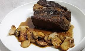 cuisiner du paleron de boeuf recette de poitrine de bœuf de sept heures moelle et cèpes au jus