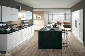 parquet dans une cuisine parquet à chevrons alternés sol mixte et cuisine jaune pas comme