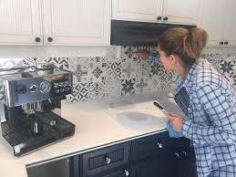peindre carrelage mural cuisine repeindre des carreaux avec de la chalk paint et des pochoirs