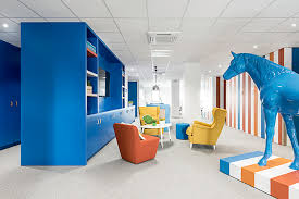 bureau start up les locaux colorés de la start up lengow à nantes office