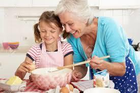 cuisine grand mere grand mère et fille de cuisson dans la cuisine banque d