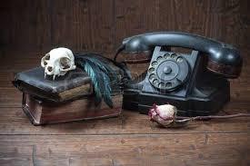 corbeau bureau crâne de de vieux livres et le corbeau plume sur le vieux