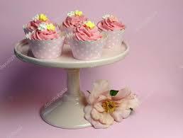 decoration cupcake anniversaire belles roses cupcakes décorés sur le stand gâteau rose pour