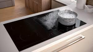 cuisiner avec l induction hotte intégrée dans la taque de cuisson tendance cuisine