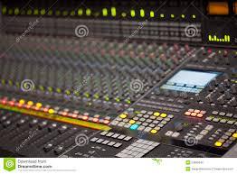bureau d enregistrement grand bureau de mélangeur de musique dans le studio d