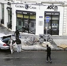 un bureau de change monde des braqueurs attaquent un bureau de change devant