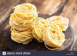 cuisine traditionnelle italienne toutes les matières premières uovo pâtes nouilles aux oeufs sur
