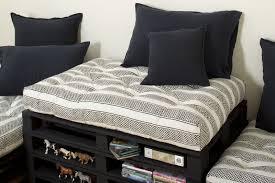 grand coussin canapé gros coussin matelassé en coton imprimé block print a même le sol