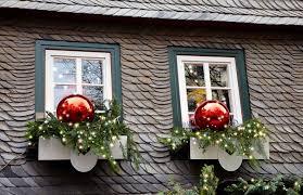 hanging christmas lights around windows easy ways to hang christmas lights
