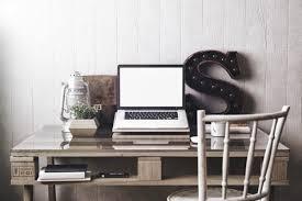bureau en bureau en palette de bois 20 idées pour le fabriquer et l aménager