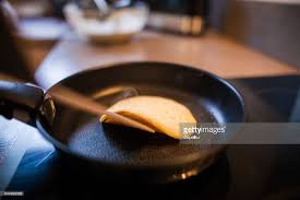 faire r馘uire en cuisine cuisine faire cuire un pancake stock photo getty images