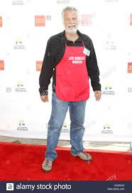 feed the homeless on thanksgiving jonathan goldsmith anne and kirk douglas center host a