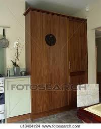 grand placard cuisine banque de photo ajusté placard cuisine oncealing grand fridge