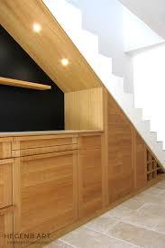 escalier entre cuisine et salon cuisine en bois massif sous un escalier hegenbart