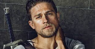 how to get thecharlie hunnam haircut first look at charlie hunnam as king arthur movieweb