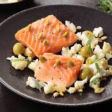 cuisine pavé de saumon pavé de saumon à l unilatéral piqué d olives vertes chou fleur
