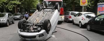 si e auto monza monza anziana perde il controllo centra due auto in sosta e si
