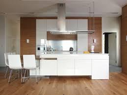 weiße küche mit holz holzfußboden weiße küche hochglanz holz wand elemente wohnzimmer