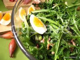cuisiner le pissenlit salade de pissenlit au lard et aux oeufs la recette gustave