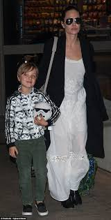 Angelina Jolie Mansion by Angelina Jolie Flies Into La With Son Knox And Brother James Haven