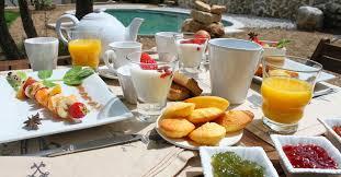 chambre et petit dejeuner petit déjeuner en chambre d hote à simiane collongue en provence