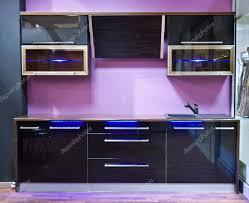 küche lila moderne lila küche interieur mit led licht stockfoto 13279071