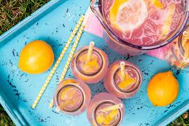 ent de cuisine haut 4 petites bouteilles en verre et pichet rempli de frais limonade