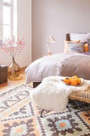 wohnideen schlafzimmer puristische blumige ideen fürs schlafzimmer auf dem nachttisch duften