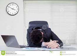 sexe au bureau travailleur de sexe masculin surchargé dormant dans le bureau photo