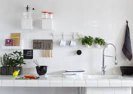 cuisine blanche brillante pot de verre clair vintage armoire cuisine blanche classique