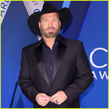 leave a light on garth brooks garth brooks suits up for cma awards 2017 red carpet arrival 2017