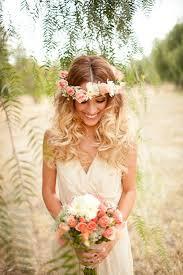 fleurs cheveux mariage 10 coiffures de mariées bohèmes couronne de fleurs la couronne