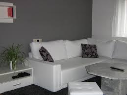 Wohnzimmer Grau Deko Wandgestaltung Grau Wei Gepolsterte On Moderne Deko Idee Mit