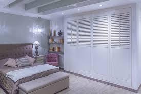 faire un placard dans une chambre portes de placard persiennes avec faire un placard avec porte
