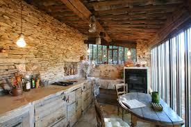 cuisine bois rustique cuisine une cuisine rustique parã e de pierres et de bois sous le