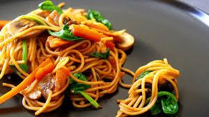 cuisiner des pates chinoises recette de lo mein végétarien pâtes chinoises