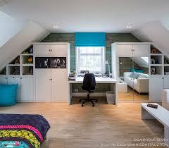 chambre sous les combles une chambre moderne avec un bureau aménagée sous les combles
