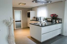 kleine küche mit kochinsel küche mit kochinsel und steindeckplatte