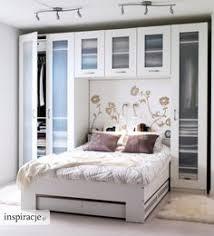 kleine schlafzimmer kleine schlafzimmer größer aussehen bett traditionell regale