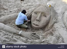 themse gezeiten london ein künstler im sand bei der arbeit an den niedrigen gezeiten auf