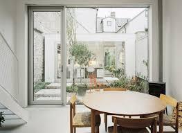 architecture table à manger donne sur cour intérieure verdoyante