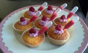pipette cuisine cupcakes confiture de fruit et coulis de framboise en