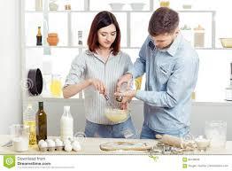 amour dans la cuisine couples heureux dans l amour faisant cuire la pâte dans la cuisine