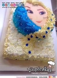este pastel decorado con buttercream detalles con perlas de