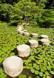 pierre pour jardin zen chemin de pierre dans un jardin zen japonais près shrine stones