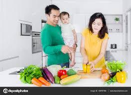 femme en cuisine femme cuisine avec mari et l enfant photographie