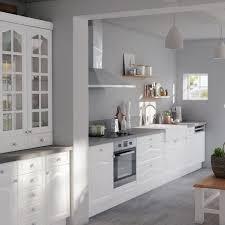 cuisine peinture grise façades blanches moulurées et murs gris perle on se laisse