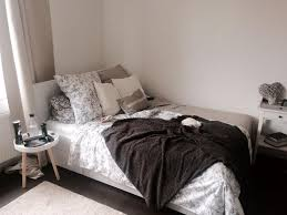 Schlafzimmer Kalte Farben Kuscheliges Bett Mit Vielen Kissen Perfekt Für Kalte Herbsttage