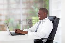 bureau homme d affaire heureux homme d affaires afro américain se détendre dans le bureau